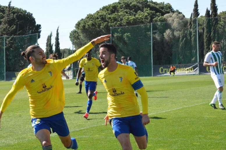 Javi Pérez, desde los once metros, rascó un punto para el Cádiz B. Twitter/Cadiz_CFCantera