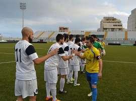 Jugadores del Ceuta y el Gerena saludándose al comienzo del partido. Twitter