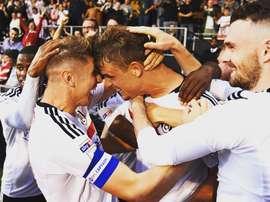 Jugadores del Fulham, celebrando la victoria ante el Newcastle. FulhamFC