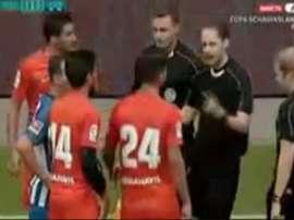 Jugadores del Málaga, tras la tangana con los jugadores del Hertha, dialogando con el árbitro. GOL
