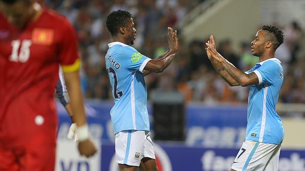 Jugadores del Manchester City celebran un gol ante Vietnam. Twitter.