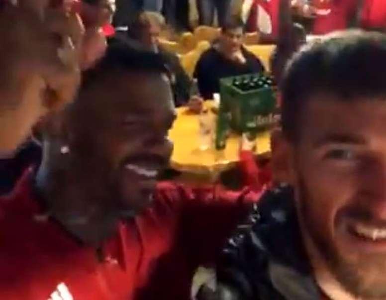 Los jugadores del Várda bebieron con sus aficionados. Captura/BrasilMundialFC