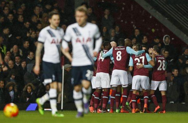 Los 'hammers' vencieron a los 'spurs' y deja al Leicester a tres puntos como líder. Twitter