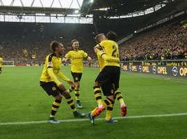 Kagawa abraza a Reus tras su primer gol de la tarde, con Aubameyang y Schmelzer corriendo para felicitarle. BVB