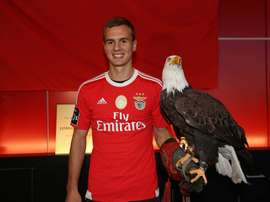 Kalaica posó con el águila del Benfica en su presentación con el club portugués. SLBenfica