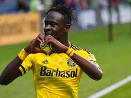 Kamara celebra un gol formando un corazón con las manos. UNIVISIÓN