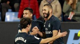 Karim Benzema celebra con Odriozola y Reguilón el 0-1 ante el Celta. EFE