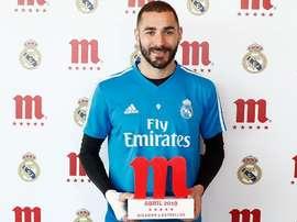 Karim Benzema with the 'Jugador Cinco Estrellas' award from Mahou. RealMadrid.