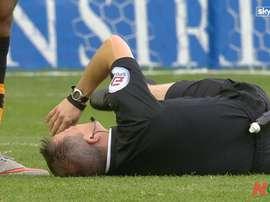 Keith Stroud resultó lesionado tras un choque con Chuba Akpom, jugador del Hull City. Twitter.