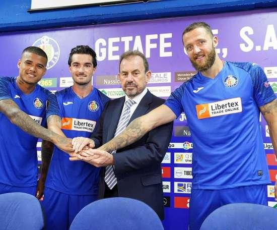 Getafe présente ses recrues avec le maillot de l'Europa League. GetafeCF