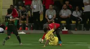 Khaleil Khameis Salem arrolló al técnico del Al Ahli. Captura