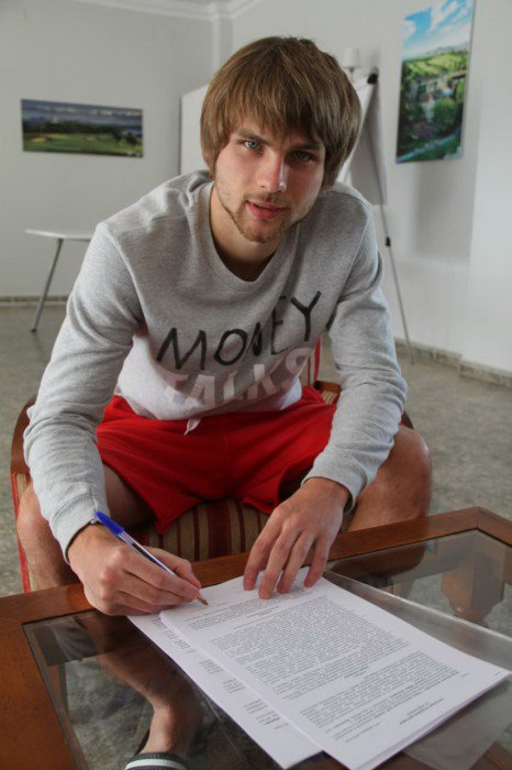 Khurtsidze firma el contrato que le acredita como nuevo jugador del Amkar Perm. Twitter