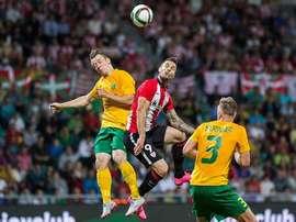 Kike Sola trata de llevarse un balón de cabeza ante Skriniar y Letic en el Zilina-Athletic de ronda previa de Europa League. Twitter