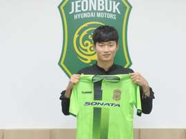 KIm Jin-Su posa con la camiseta del Jeonbuk Motors. JeonbukMotors