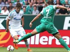 Klaas-Jan Huntelar se zafa de Vestergaard en el partido que enfrentó a su Schalke contra el Werder Bremen. Schalke04