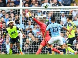 Kun Agüero marca o primeiro gol do City contra o Huddersfield. Twitter @OGuiadoFutebol