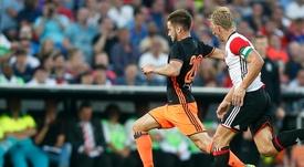 Kuyt pelea con Medrán por un balón dividido en el amistoso que enfrentó a Valencia y Feyenoord. ValenciaCF