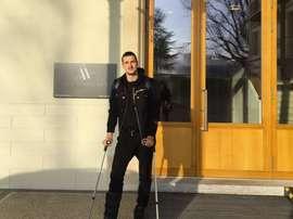 Kuzmanovic, saliendo del hospital tras ser operado. Kuzmanovic
