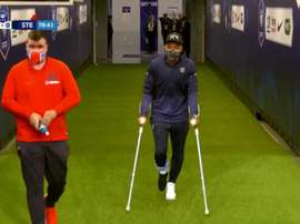 Mbappe came from the tunnel on crutches. Captura/Movistar