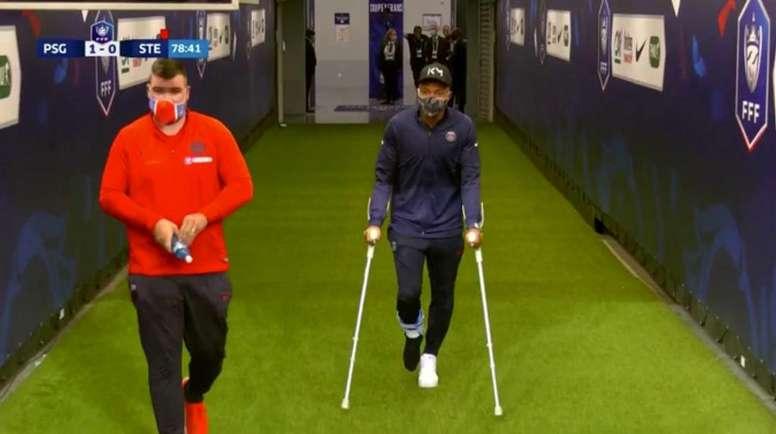 Mbappé reapareció con el tobillo inmovilizado y en muletas. Captura/Movistar