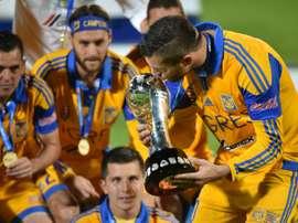 L'attaquant français André-Pierre Gignac embrasse le trophée de champion du Mexique. AFP