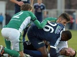 L'attaquant togolais du FC Slovacko Francis Koné sur le gardien de Bohemians 1905 Prague. AFP