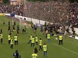 Los ultras del Steaua de Bucarest invaden el campo. Captura/DigiSport