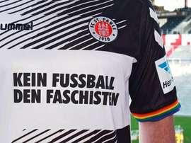 La camiseta que lucirá el St. Pauli ante el RB Leipzig, con el lema 'Nada de fútbol para el fascismo'. Twitter