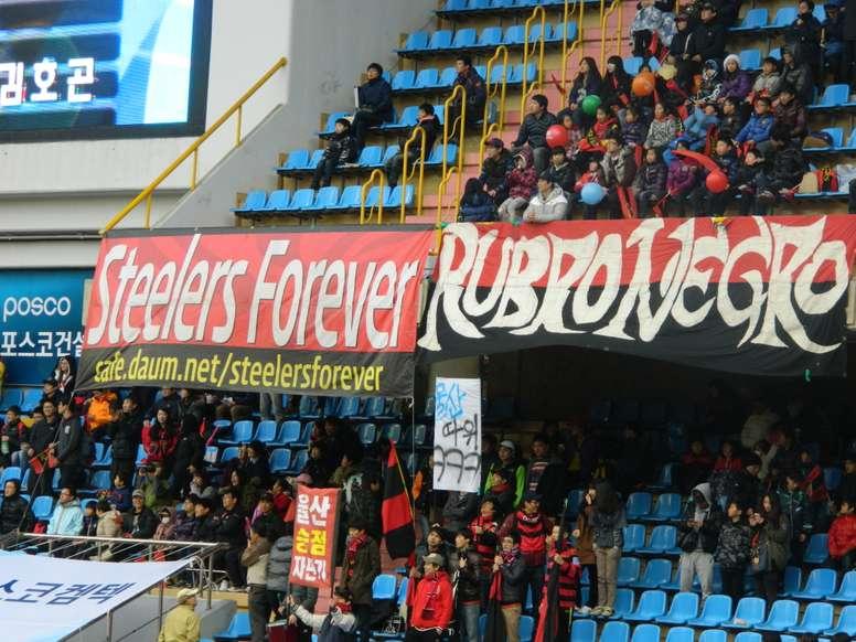 La entusiasta afición del Pohang Steelers es la protagonista de una magnífica y coordinada celebración. Twitter