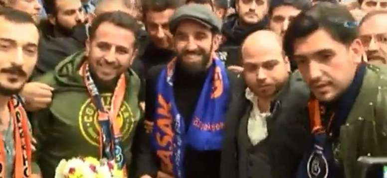 La llegada de Arda Turan a Turquía se convirtió en una locura. SkorerTV