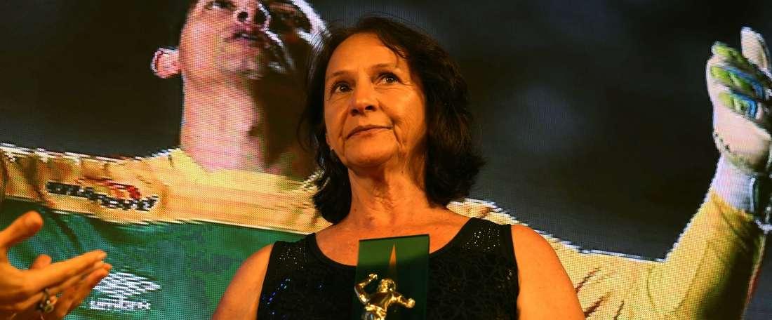 A mãe de Danilo, com o troféu de Melhor Jogador do Brasil outorgado pela torcida. CBF