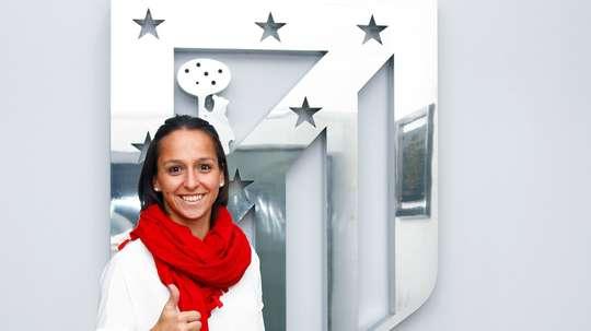 La nueva futbolista del Atleti Féminas Marta Corredera, en su presentación. ClubAtleticoDeMadrid/AlexMarin