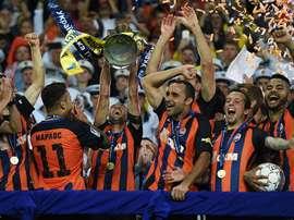 Os jogadores do Shakhtar celebrando efusivamente o terceiro troféu em poucos meses. Twitter/Shakhtar