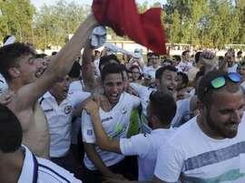 La plantilla del Llosetense y sus aficionados celebraron el ascenso por todo lo alto sobre el terreno de juego. Miquel Àngel Borràs