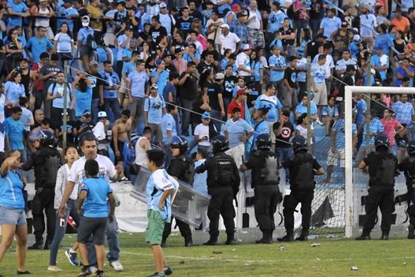La policía tomó medidas ante los actos violentos de los aficionados. Twitter