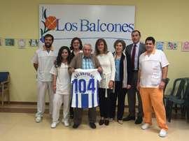 El Leganés homenajeó a su hincha más longevo. Twitter/CDLeganes
