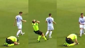 Este árbitro se llevó las manos a la cabeza al darse cuenta de su error.Twitter/mrjordangardner