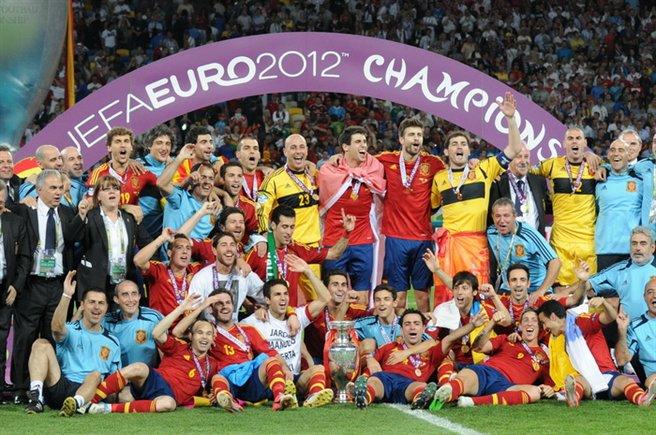 La selección española celebra el título conquistado en la Eurocopa ante Italia. Football.ua