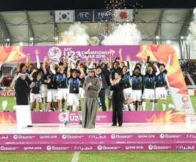 La selección sub 23 de Japón, en el momento de levantar el trofeo de Campeones de Asia de la categoría. Twitter