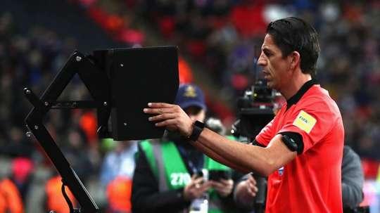 A UEFA cede e adotará o VAR. UEFA
