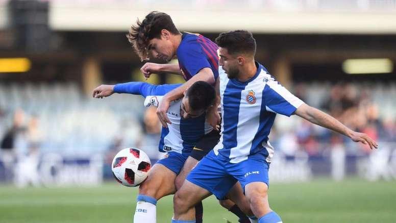 Lance de juego en el derbi de filiales entre Barcelona y Espanyol. FCBarcelonaB