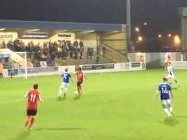 Lance del encuentro entre Chester City y Witton Albion en el que se produjo un penalti a los 6 segun