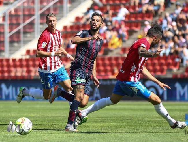 Lance del partido entre el Girona y el Huesca. EFE