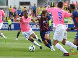 Lance del partido entre el Huesca y el Cádiz. LaLiga