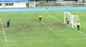 Perdeu o pênalti, mas a bola acabou entrando depois. Twitter/FoxSportsAsia