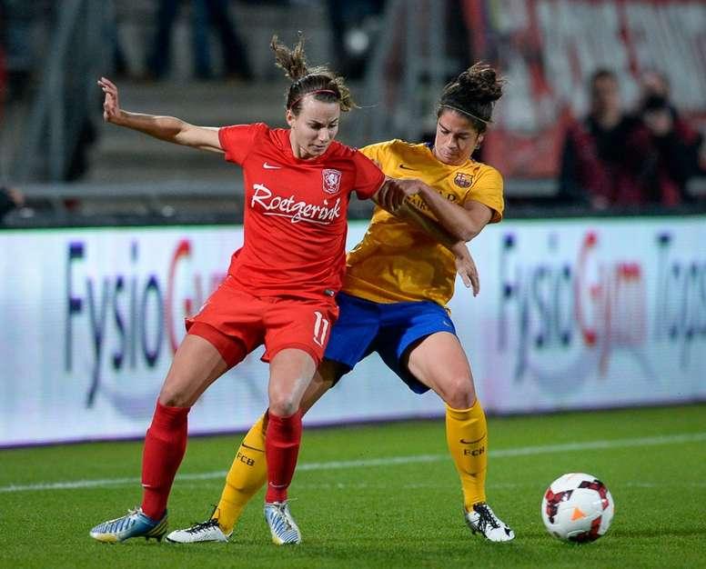 Las futbolistas de Twente y Barcelona forcejean por un balón en el partido de ida de los octavos de la Champions League Femenina. Twitter