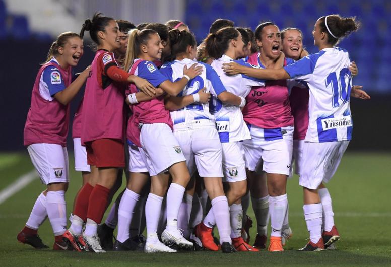 Las jugadores del Leganés celebraron el trofeo con mucha alegría. Twitter/CDLeganes