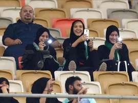 Las mujeres pudieron ir por primera vez en su vida a un partido de fútbol en Arabia. AFP