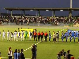 Las selecciones de Curaçao (i) y El Salvador (d), antes de dar comienzo el partido. Twitter