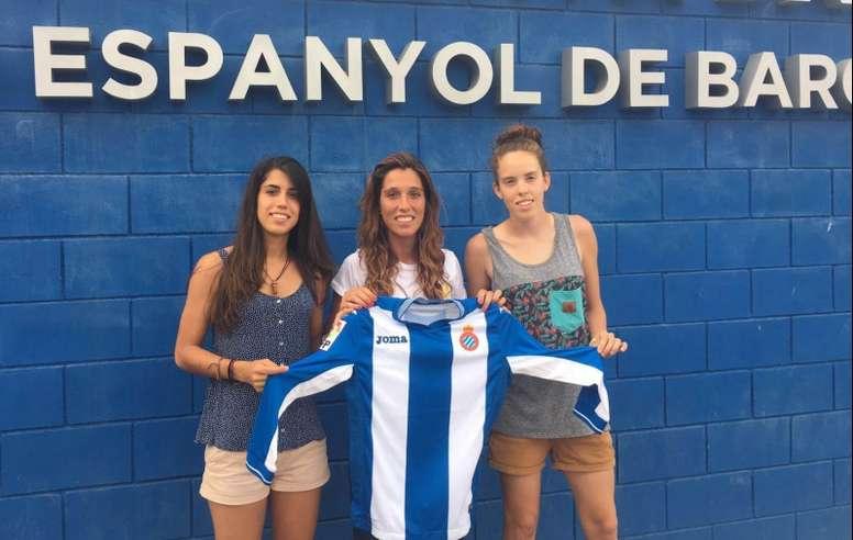 Las tres nuevas futbolistas del Espanyol, Cristina Baudet, Gemma Sala y María del Mar Mazuecos, posan para la web del club. RCDEspanyol